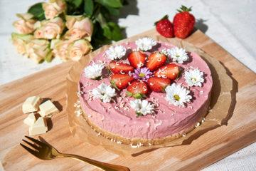 Yasemin Wüstenhagen No-Bake-Käsekuchen mit Erdbeeren und Rhabarber – luftig, fruchtig, vegan