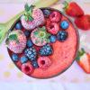 Yasemin Wüstenhagen Zuckerfreie Erdbeer-Rhabarber-Smoothie-Bowl vegan