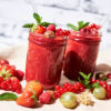 Roter Smoothie mit Vierfach-Beeren-Power