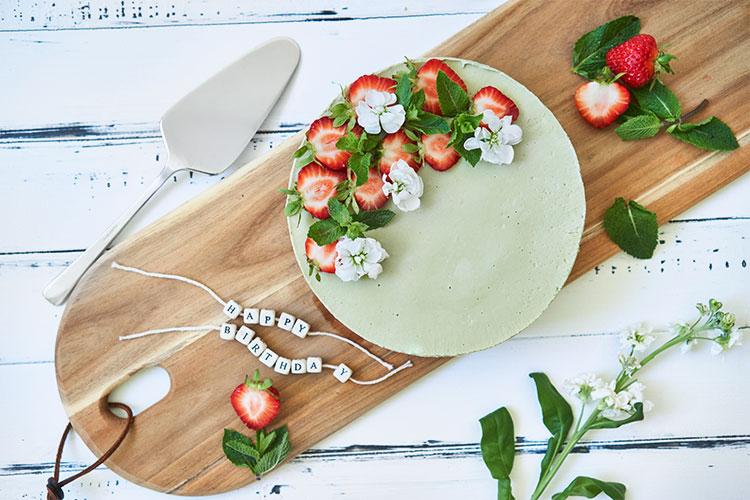 Raw Matcha Cake – Roh-veganer Käsekuchen mit Matcha und Erdbeeren