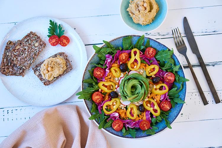 Sommer auf dem Teller – Rucola-Salat mit buntem Gemüse und Balsamico-Dressing Avocado-Rose Yasemin Wüstenhagen