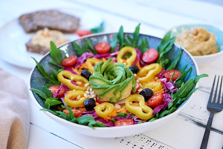 Sommer auf dem Teller – Rucola-Salat mit buntem Gemüse und Balsamico-Dressing Yasemin Wüstenhagen