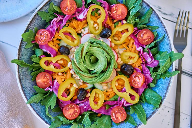 Sommer auf dem Teller – Rucola-Salat mit buntem Gemüse und Balsamico-Dressing