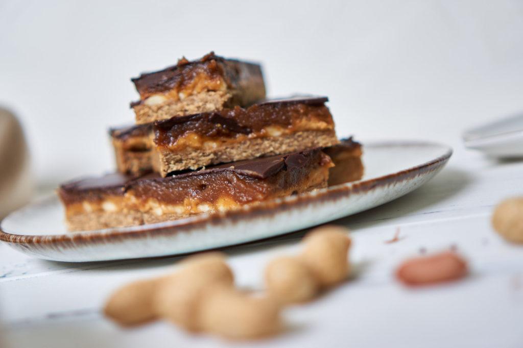 Snickers vegan und zuckerfrei – Gesunde Erdnuss-Schokoriegel mit Karamell Yasemin Wüstenhagen Karantine