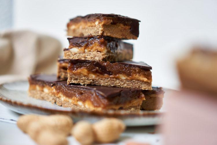 Snickers vegan und zuckerfrei – Gesunde Erdnuss-Schokoriegel mit Karamell Yasemin Wüstenhagen