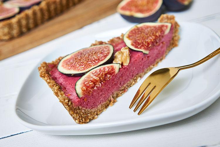 Fein, frisch, fruchtig – Roh-vegane No-Bake-Tarte mit Feigen angeschnitten Yasemin Wüstenhagen