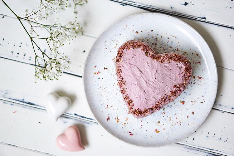 Vegane Erdbeersahnetorte ohne Zucker und Gluten Yasemin Wüstenhagen Herz