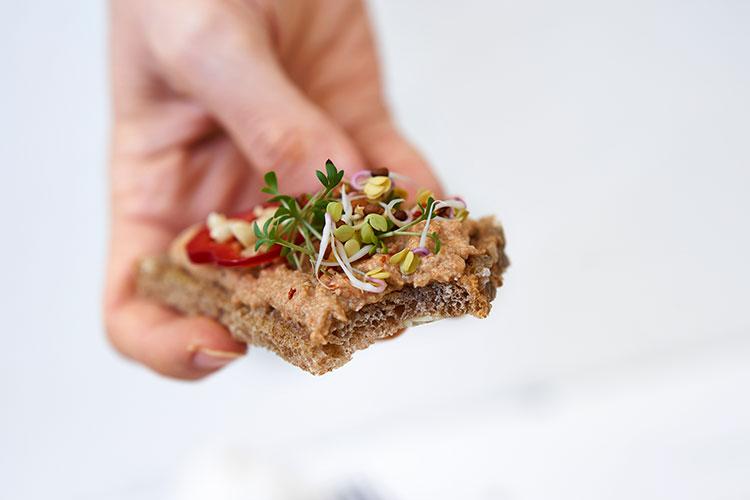 Veganer Auberginen-Aufstrich auf Cashewbasis Yasemin Wüstenhagen mit Paprika