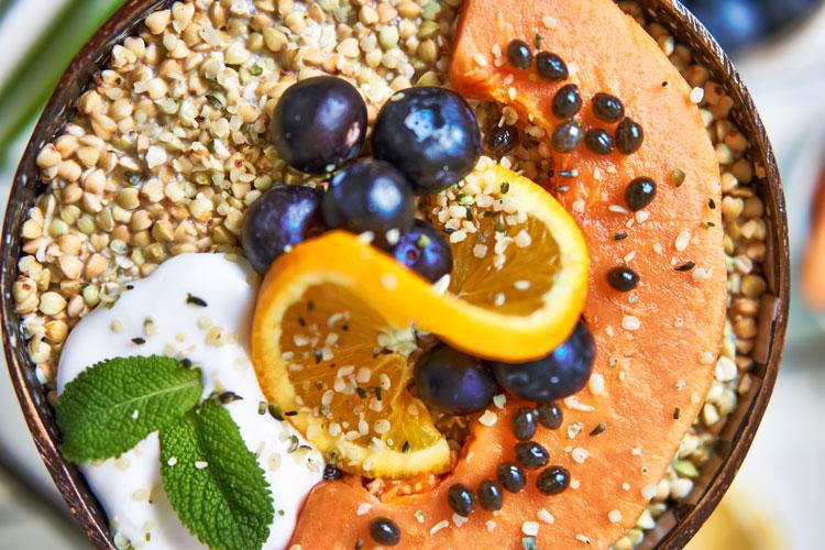 Roh-vegane Papaya-Buchweizen-Bowl Yasemin Wüstenhagen glutenfrei