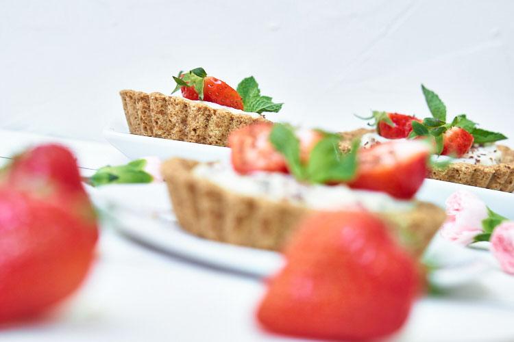 Vegane Erdbeertörtchen ohne Zucker und Gluten Yasemin Wüstenhagen Rezept