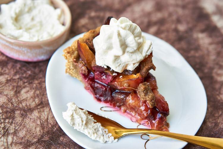 Veganer Zwetschgenkuchen ohne Zucker und Gluten Yasemin Wüstenhagen mit Sahne